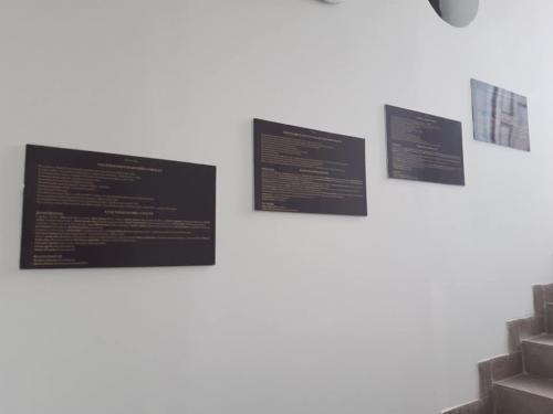 Informačné tabule v štyroch jazykoch o zaujímavostiach v Osadnom a jeho okolí.