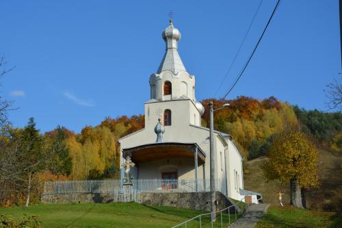 Pravoslávny chrám v jeseni