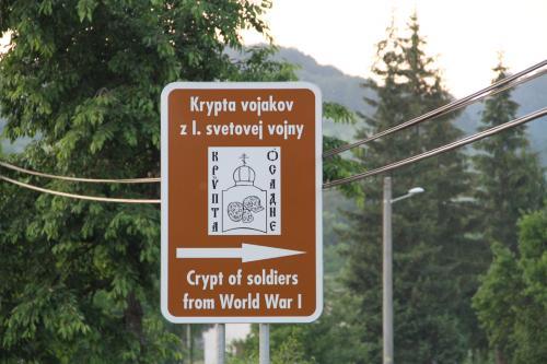 Dopravná značka pri ceste
