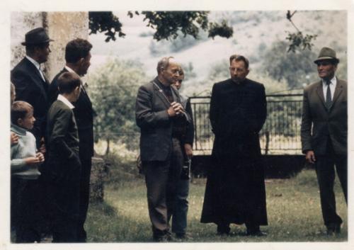 9.5.1968. O. Piruch na cintoríne s hosťmi z Nemecka