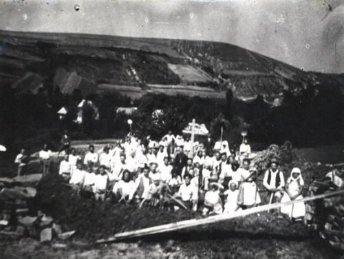 1929. Veriaci na začiatku stavby chrámu