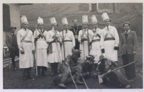 1948. O. Macko s betlehemcami pri fare v pozadi neovakovana cerkov