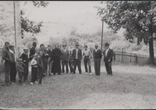 1968. Otec Piruch s ľuďmi pri chráme