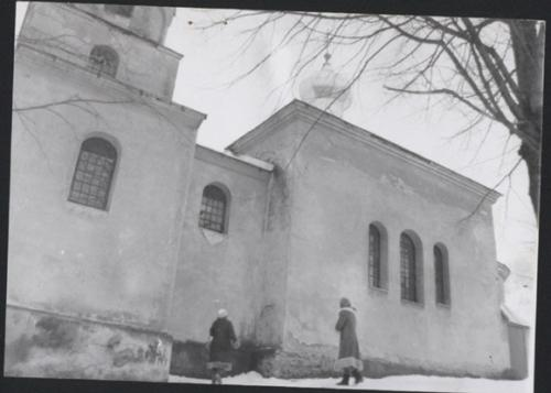 1986. Poškodený chrám zboku