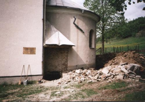 Zbúraný starý prístrešok