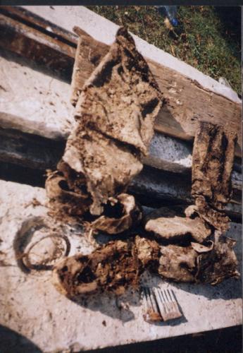 Čižmy a náboje nájdené v krypte